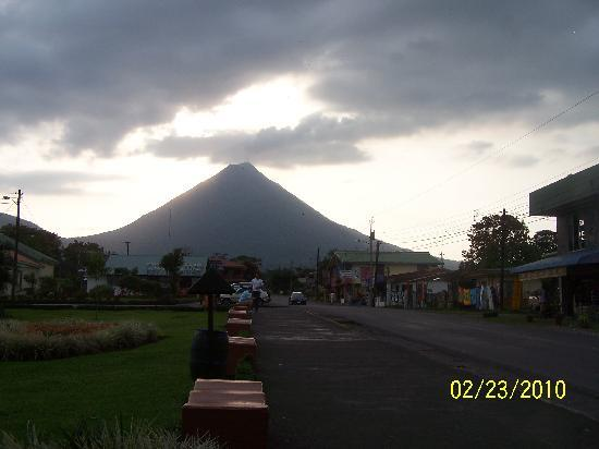 Arenal Green Hotel: Clear view of Arenal Volcano from town.