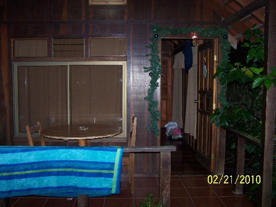 Arenal Green Hotel: The front of our cabin at Arenal Green