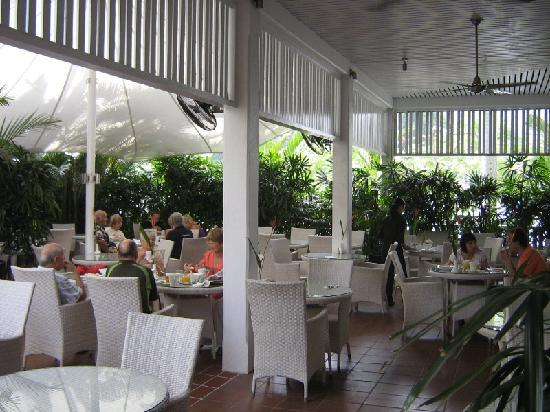 The Hotel Cairns: Outdoor tables.