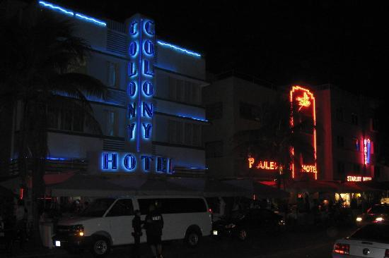 Art Deco Tours: Colony Hotel by night