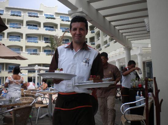 Panama Jack Resorts - Gran Caribe Cancun: Fer (Fernando) waiter at Sunset Grill