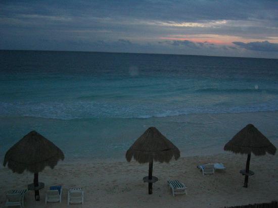 Cesiak Centro Ecologico Sian Ka'an: quiet beach at sunset