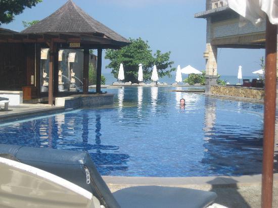 Pelangi Bali Hotel: half of the pool facing the beach