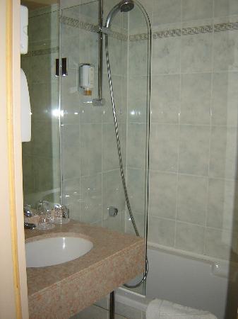 Hotel Louvre Sainte Anne: Small clean bathroom