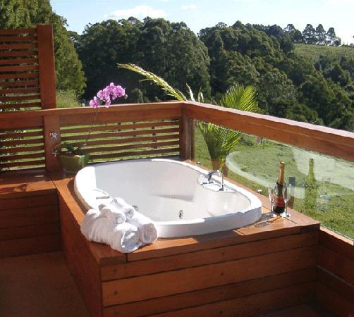 SummerHills Retreat Byron Bay: Self contained cabin with open-air spa bath overlooking panoramic views of the NightCap Range Mo