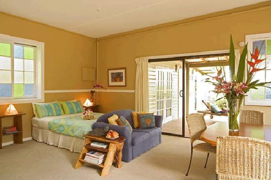 SummerHills Retreat Byron Bay: Large cabin with Queen bed, spacious and airy, overlooking beautiful forest views
