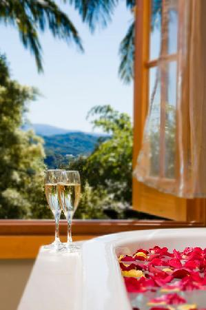 SummerHills Retreat Byron Bay: Spas in all suites, views from all rooms, only 5 couples at a time at this private retreat