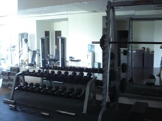 Novotel Manado Golf Resort & Convention Centre: Gym with wide range of weights.