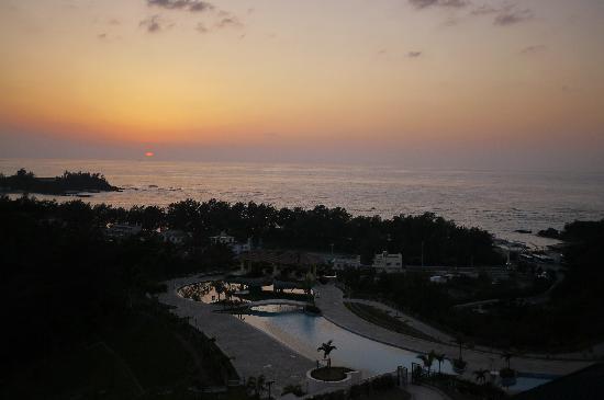Okinawa Marriott Resort & Spa: バルコニーから見た夕日