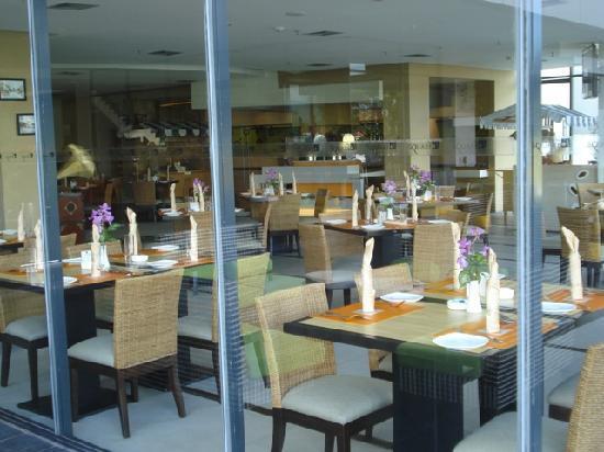 Novotel Manado Golf Resort & Convention Centre: View into the restaurant.