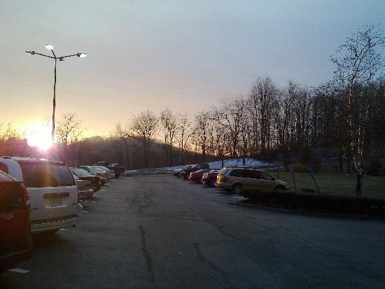 La Quinta Inn & Suites Pittsburgh North - McKnight: Parking Lot