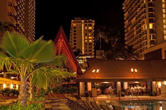 Outrigger Reef Waikiki Beach Resort: Pool and bar area