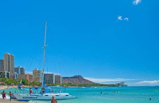 Outrigger Reef Waikiki Beach Resort: Waikiki Beach with Diamond Head in distance