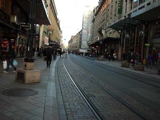 Genève, Zwitserland: One of Geneva's shopping area street