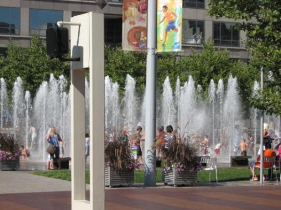 Kansas City, MO: Fountains everywhere - to cool!!!!