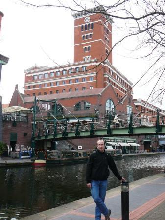 jeden z mnoha Birminghamských kanálů