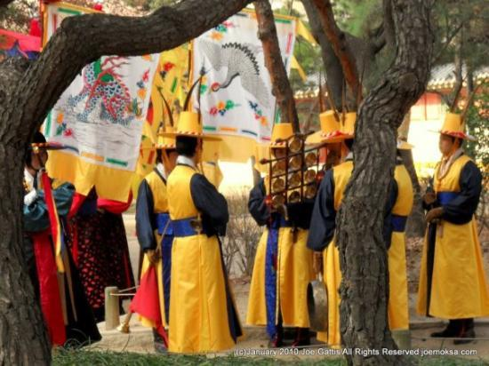 Changdeokgung Palass: Changing of the Guard at the palace