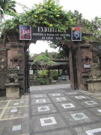 Ubud, Indonesia: Entry to the Lempad Estate where our villa is. It's not really ours, we rent it.