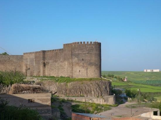 Diyarbakir, Tyrkia: Part of the city wall which dates back to around 6000 BC