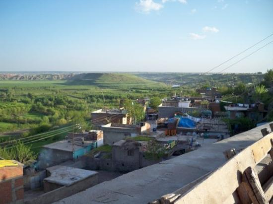 Diyarbakir, Turkey: Overlooking the city wall onto the valley of the Tigris