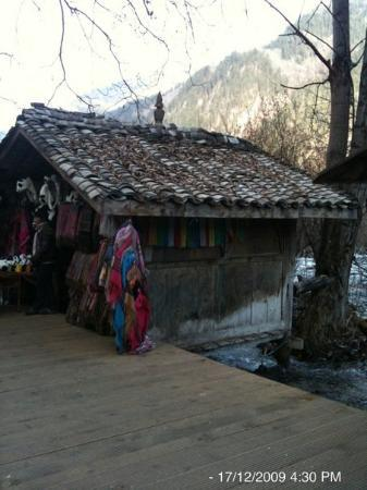 Jiuzhaigou County, Kina: A village hut by the stream in Jiuzhaigou National Park. Bought a few Pashminas here!!