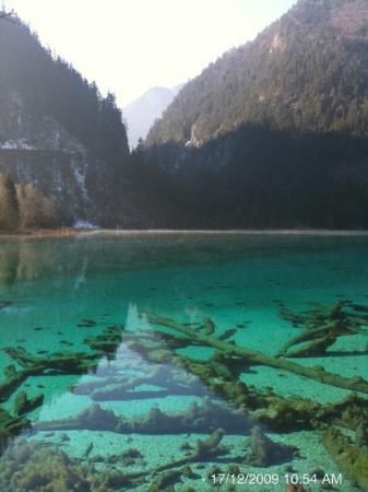 Jiuzhaigou County, Kina: Jiuzhaigou Valley is a nature reserve in northern Sichuan province of China. It is known for its