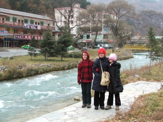 Jiuzhaigou County, Kina: An afternoon stroll through the town at Jiuzhaigou