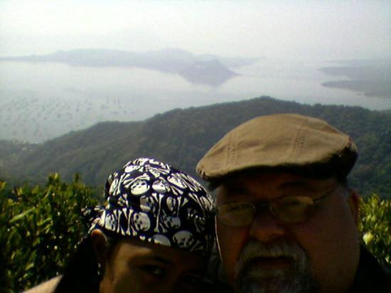 โรงแรมเดอะ เลค ทาเกย์เตย์: Bad photo of Vang and I with active volcano Taal in the background and Lake Tagatay which is act