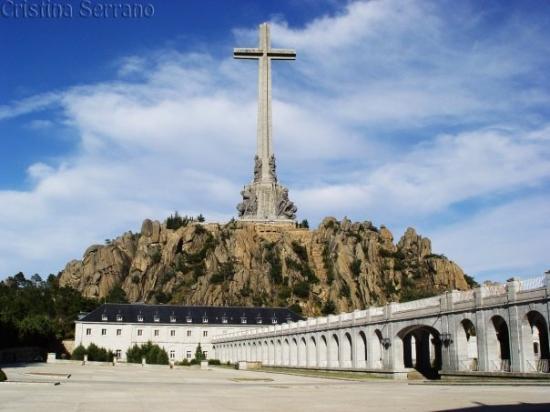 San Lorenzo de El Escorial, Espagne : En el Valle de los Caídos (25th June 2005) - The Valley of the Fallen from the back...Amazing...