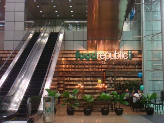 Suntec Singapore Convention & Exhibition Centre: one pretty cafe.