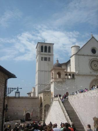 Assisi, Italia: Easter sunday = doves everywheree [also tuscany]