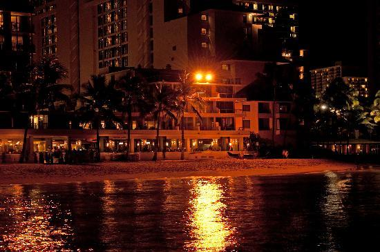 Outrigger Reef Waikiki Beach Resort: Hotel at night from slipwall