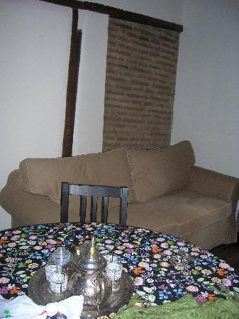 Apartamentos El Almez: el saloncito tiene un sofá y es muy cómodo