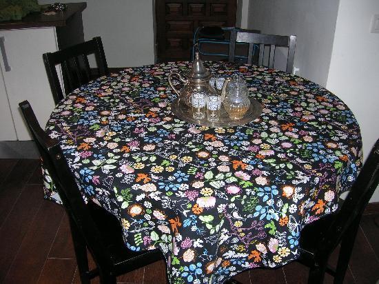 Apartamentos El Almez: mesa del salón con juego de té, incluye el té y el azúcar