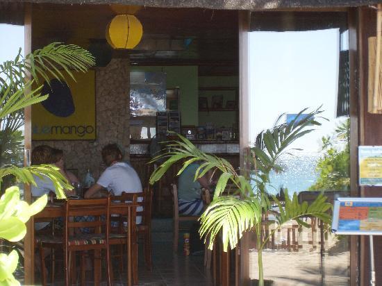 Blue Mango Inn: restaurant & reflection of beach