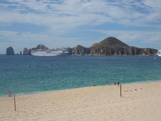 Hotel Riu Palace Cabo San Lucas: View of lovers beach/ the arch from the pool