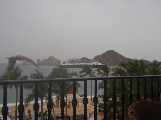 Hotel Riu Palace Cabo San Lucas: view from lobby bar.. a cruise ship every day!