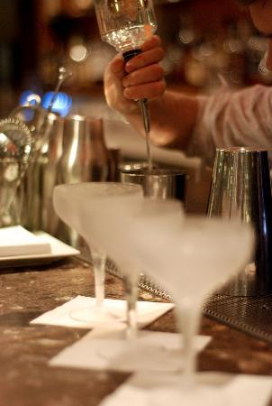 Rabble Taphouse & Grill: pouring cosmo