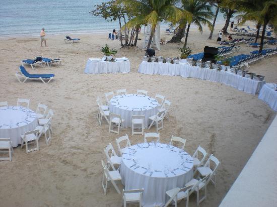 Hotel Riu Ocho Rios: Wedding dinner on beach