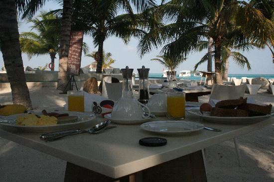 Holiday Inn Resort Kandooma Maldives: Breakfast with a view
