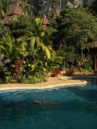 Phu Pha Ao Nang Resort and Spa: Relaxing at the pool