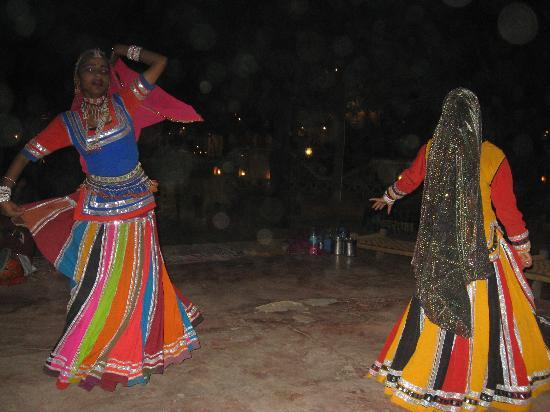 Chokhi Dhani Village: indian dancers