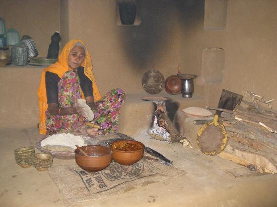 Chokhi Dhani Village: cooking Chapati
