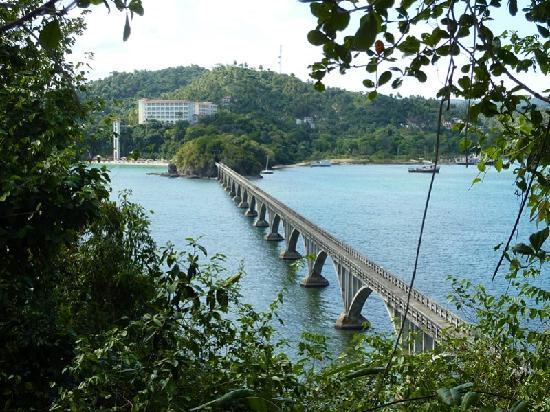 Grand Bahia Principe Cayacoa: walking bridge to islands