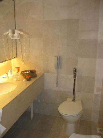Concorde Hotel Singapore: Bathroom
