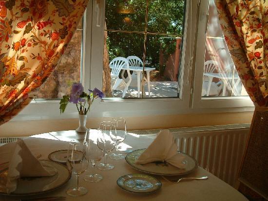 "Hostellerie Bressane Cuisery: Salle ""côté jardin"""