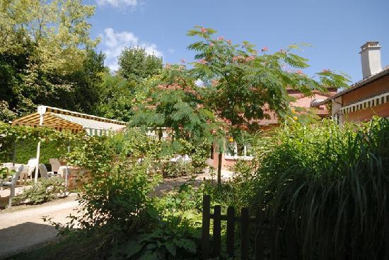 Hostellerie Bressane Cuisery: Le jardin autour de la terrasse