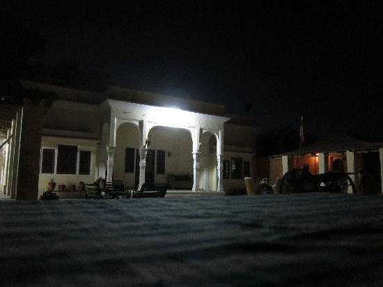 Mandawa, India: Main building at night