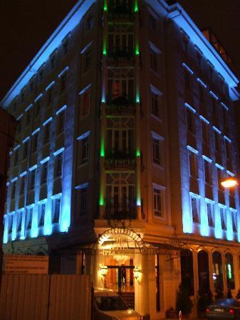 Hotel Ipek Palas: Hotel by night