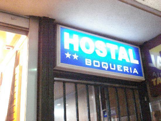 Hostal Boqueria: insegna piccola sull'entrata del palazzo